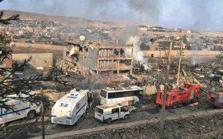 Σε σωρό ερειπίων έχουν μετατραπεί το αρχηγείο της αστυνομίας και γειτονικά κτίρια στη μεθοριακή τουρκική πόλη Τσίζρε, ύστερα από βομβιστική επίθεση του ΡΚΚ, που άφησε πίσω 11 αστυνομικούς νεκρούς και άλλους 78 πολίτες τραυματίες. Η επίθεση μεταφράστηκε ως εκδίκηση των Κούρδων για τις φονικές επιχειρήσεις του τουρκικού στρατού εναντίον τους στη Β. Συρία.