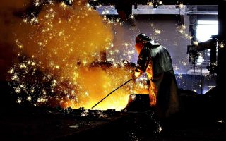 Το 2015 οι τέσσερις εταιρείες του κλάδου σιδήρου-χάλυβα εμφάνισαν αθροιστικές ζημίες μετά φόρους ύψους 18,704 εκατ. ευρώ έναντι επίσης ζημιών 26,395 εκατ. ευρώ το 2014.