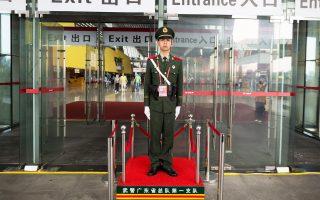 Στρατιώτης από τη μεγαλούπολη Γκουανγκζού.