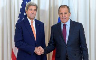 Τζον Κέρι  (αριστερά) και Σεργκέι Λαβρόφ ανταλλάσσουν χειραψία κατά τη χθεσινή συνάντησή τους για το Συριακό στη Γενεύη.
