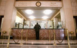 Το νέο θεσμικό πλαίσιο δεν βοηθάει την ολοκλήρωση των αλλαγών, καθώς είναι εξαιρετικά αυστηρό και περιοριστικό, δομημένο έτσι ώστε στην πράξη να αποκλείει κάθε εγχώριο στέλεχος με σοβαρή προϋπηρεσία στο τραπεζικό σύστημα της χώρας.