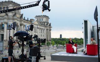 Η Αγκελα Μέρκελ περιμένει δημόσια στήριξη του Χορστ Ζεεχόφερ, η οποία όμως μπορεί να έρθει το 2017.