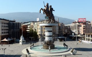 «Ο μαχητής πάνω στο άλογο» είναι ένα από τα μεγαλεπήβολα αγάλματα στο κέντρο των Σκοπίων.