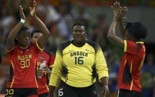 Να βαράτε προσοχές όταν περνάω. Η τερματοφύλακας της Ανγκόλα Teresa Almeida περνά ανάμεσα από συναθλήτριες μετά το τέλος αγώνα χάντμπολ. REUTERS/Marko Djurica