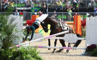 Να το κάνεις μόνη σου! Χωρίς το άλογό της πέρασε τα εμπόδια η  Ruy Fonseca από την Βραζιλία.  EPA/FRISO GENTS
