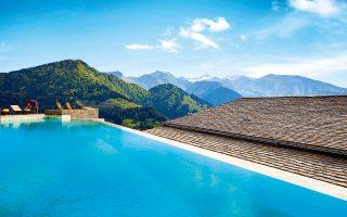 Το Grand Forest Metsovo προτείνει ηλιοθεραπεία και βουτιά στην πισίνα σε υψόμετρο 1.350 μ.