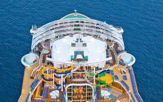 Εντυπωσιακή άποψη του πλοίου από ψηλά - διακρίνονται οι τσουλήθρες του, που είναι οι μεγαλύτερες των επτά θαλασσών! © Royal Caribbean