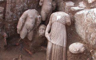 Ευρήματα από την ανασκαφή στο Ασκληπιείο του Δαφνούντος, το μοναδικό ολοκληρωμένης κάτοψης ιερό του Ασκληπιού στην Κεντρική Ελλάδα.
