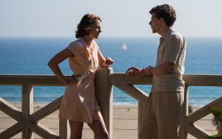 Ο Τζέσε Αϊζενμπεργκ και η Κρίστεν Στιούαρτ πρωταγωνιστούν με φόντο (και) την ηλιόλουστη Καλιφόρνια στο «Cafe Society».