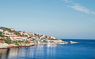 Ο Aρμενιστής, στη βόρεια πλευρά του νησιού, είναι από τις πιο τουριστικές περιοχές. (Φωτογραφία: ΚΑΤΕΡΙΝΑ ΚΑΜΠΙΤΗ)