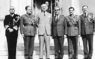 Τρεις ημέρες μετά την ορκωμοσία της πρώτης κυβέρνησης της Ενωσης Κέντρου, στις 11.11.1963, ο πρωθυπουργός Γ. Παπανδρέου δέχεται την ηγεσία των Ενόπλων Δυνάμεων, την οποία παρουσιάζει ο υπ. Εθνικής Αμυνας Δημ. Παπανικολόπουλος, έμπιστος των Ανακτόρων.