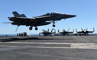 Αμερικανικό μαχητικό F-18 επιστρέφει στο αεροπλανοφόρο «Ντουάιτ Αϊζενχάουερ» από αποστολή στη Σύρτη της Λιβύης.