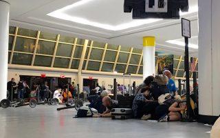Επιβάτες πεσμένοι στο έδαφος, καθώς η αστυνομία ερευνά για την ύπαρξη ενόπλου στο αεροδρόμιο JFK.