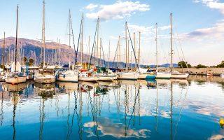 Το λιμάνι της Καλαμάτας: φιλόξενο για ψαροκάικα, σκάφη, ακόμα και κρουαζιερόπλοια. (Φωτογραφία: ΔΙΟΝΥΣΗΣ ΚΟΥΡΗΣ)
