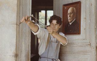Ο Πιερ Μπλεζ υποδύεται τον Λακόμπ Λισιέν στο ομότιτλο ιστορικό και ψυχολογικό δράμα του Λουί Μαλ. Στο κάδρο πίσω από τον νεαρό Μπλεζ, η φωτογραφία του στρατηγού Πετέν. Το «Lacombe Lucien» είναι η ιστορία ενός νεαρού δωσίλογου που εκτελέστηκε από τους παρτιζάνους.