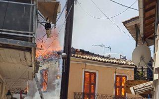 Τουλάχιστον δέκα ξύλινα αντισεισμικά κτίρια ιδιαίτερης αρχιτεκτονικής και τον ιστορικό κινηματογράφο «Απόλλωνα» κατέστρεψε η φωτιά που ξέσπασε χθες το μεσημέρι στην καρδιά του παραδοσιακού οικισμού της Παλιάς Πόλης της Λευκάδας. Τα συνεργεία του δήμου άρχισαν αμέσως την καταγραφή των ζημιών. Τα κτίρια, χτισμένα στις αρχές του 19ου αιώνα, είχαν αντέξει σε όλους τους μεγάλους σεισμούς. Από τη φωτιά γλίτωσαν η Δημόσια Βιβλιοθήκη Λευκάδας και η ανακαινισμένη οικία του Αγγελου Σικελιανού.