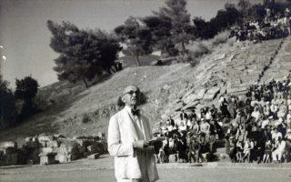 Ο Μ. Λιδωρίκης προλογίζει την πρώτη παράσταση στην Επίδαυρο, το 1938.