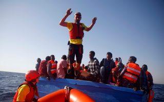 Ο 32χρονος ψαράς από τη Λέρο, Σάββας Κουρεπίνης, αποβιβάζεται με σάλτο από μια βάρκα μεταναστών στη Μεσόγειο αφού τους έχει μοιράσει σωσίβια.