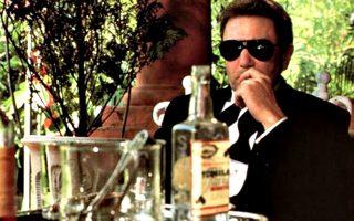 Ο Αλμπερτ Φίνεϊ υποδύεται, με το δικό του ξεχωριστό στυλ, τον αλκοολικό πρόξενο στο «Κάτω από το ηφαίστειο».