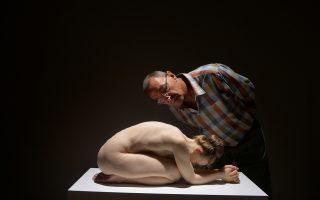 Το ρεαλιστικό γλυπτό του Αυστραλού καλλιτέχνη Sam Jinks προκαλεί την περιέργεια του κοινού στην έκθεση στο Μπιλμπάο (Hyperrealist Sculpture).