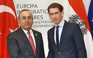 O Τούρκος υπουργός Εξωτερικών, Μεβλούτ Τσαβούσογλου (Α) με τον Αυστριακό ομόλογό του, Σεμπάστιαν Κουρτς.
