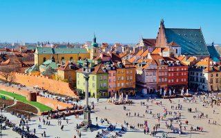 Η ιστορική πλατεία του Κάστρου της Βαρσοβίας είναι πολύ δημοφιλής σε τουρίστες και ντόπιους. (Φωτογραφία: Shutterstock)