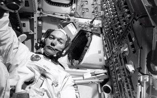 Ο Μάικ Κόλινς, μόνος στον θαλαμίσκο «Κολούμπια», κάπου στη σκοτεινή πλευρά της Σελήνης το 1969, και έχοντας χάσει κάθε επαφή για λίγο με κάθε άλλο ανθρώπινο πλάσμα, ρυθμίζει το χρονόμετρο της φωτογραφικής κάμερας και τραβάει τον εαυτό του.