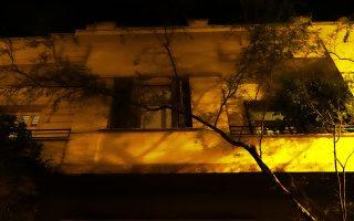 Νυχτερινή πρόσοψη στην οδό Ερεσσού 28.