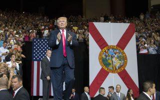 Ο Ντόναλντ Τραμπ προσέρχεται σε εκδήλωση στη Φλόριντα. Η αντιπαράθεσή του με κορυφαία στελέχη των Ρεπουμπλικανών έχει προκαλέσει μεγάλο πονοκέφαλο στο επιτελείο του.