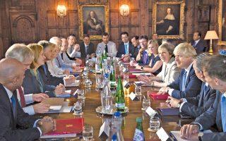 Η βρετανική κυβέρνηση δεν θα επιδιώξει επ' ουδενί να ακυρώσει το Brexit «από την πίσω πόρτα», δήλωσε η Τερέζα Μέι, αποκλείοντας κάθε σκέψη για δεύτερο δημοψήφισμα. Στη χθεσινή συνεδρίαση του υπουργικού συμβουλίου (φωτογραφία) στην εξοχική, πρωθυπουργική κατοικία του Τσέκερς, η κ. Μέι διεμήνυσε ότι θα επιδιώξει μια «ξεχωριστή σχέση» της χώρας της με την Ε.Ε., με έλεγχο της μετανάστευσης, αλλά και διατήρηση των «θετικών στοιχείων» αναφορικά με το εμπόριο αγαθών και υπηρεσιών.