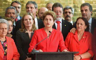 Η χθεσινή ψήφος της Γερουσίας της Βραζιλίας, με την οποία επισφραγίζεται η καθαίρεση της Ντίλμα Ρούσεφ από την προεδρία της χώρας, βάζει τέλος στα 13 χρόνια αριστερής διακυβέρνησης της Βραζιλίας και σηματοδοτεί την επιστροφή στην οικονομική ορθοδοξία, με δύσκολες μεταρρυθμίσεις από τον υπηρεσιακό πρόεδρο Μισέλ Τέμερ. Μιλώντας στους υποστηρικτές της, η Ρούσεφ έκανε λόγο για πολιτικά υποκινούμενο κοινοβουλευτικό πραξικόπημα και αρνήθηκε να τους αποχαιρετήσει, προτιμώντας να πει «εις το επανιδείν».
