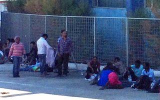 Στο λιμάνι της Μυτιλήνης λίγο πριν από τη μεταφορά στη Μόρια. Τις 5.307 έχουν φτάσει οι πρόσφυγες στο νησί.