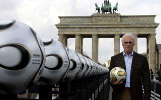 Ο Μπεκενμπάουερ στην Πύλη του Βραδεμβούργου στο Βερολίνο.