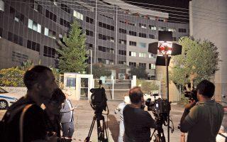Εως αργά το βράδυ περίμεναν τα συνεργεία και οι δημοσιογράφοι των μέσων μαζικής ενημέρωσης τον... λευκό καπνό, ο οποίος τελικά βγήκε, από τη Γενική Γραμματεία Ενημέρωσης.