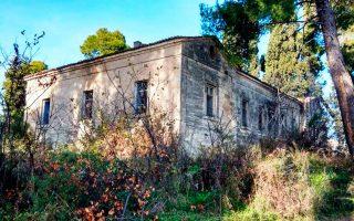 Το Αρχοντικό Τομπάζη και ο περιβάλλων χώρος στις Κεχριές. Ο Δήμος Μαντουδίου-Λίμνης-Αγίας Αννας στον οποίο ανήκουν οι Κεχριές σκοπεύει να το μετατρέψει σε πολιτιστικό κέντρο.