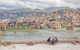 Η κατασκευή του υδροηλεκτρικού φράγματος στον ποταμό Τίγρη θα σημάνει το τέλος για την τουρκική πόλη Χασάνκεϊφ, μια πόλη με ιστορία 12.000 ετών. Οι κάτοικοι είναι απεγνωσμένοι που θα χάσουν τα σπίτια και τα πατρογονικά εδάφη τους, παρότι οι Αρχές της Τουρκίας οικοδομούν μια νέα πόλη για να τους στεγάσει. Τη δημιουργία του εν λόγω φράγματος είχε οραματιστεί ο Κεμάλ Ατατούρκ που πίστευε ότι έτσι θα αντιμετώπιζε αποτελεσματικά τις ενεργειακές ανάγκες της αγαπημένης του χώρας.