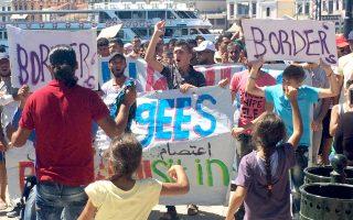 Πορεία διαμαρτυρίας για την «κράτησή τους» στο νησί πραγματοποίησαν και οι μετανάστες στη Λέσβο, όπου στο hotspot στη Μόρια και στον καταυλισμό στο Καρά Τεπέ αλλά και σε σκηνές σε διάφορα σημεία του νησιού παραμένουν 5.363 άτομα.