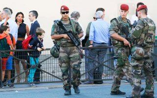 Γάλλοι στρατιώτες περιπολούν έξω από σχολικό κτίριο την Πέμπτη, ημέρα έναρξης των μαθημάτων.