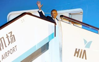Ο Αμερικανός πρόεδρος κατεβαίνει από το Air Force One.