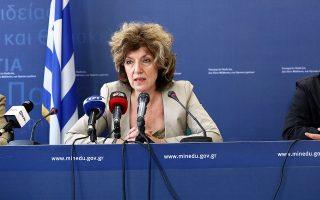 Την ίδια στιγμή, η κ. Αναγνωστοπούλου ανακοίνωσε 289 υποτροφίες για μεταδιδακτορική έρευνα, με στόχο το brain gain.