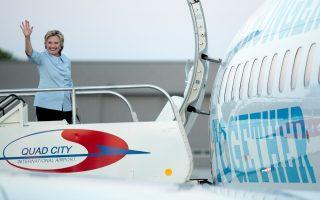 Η Δημοκρατική υποψήφια Χίλαρι Κλίντον στο αεροδρόμιο του Μολίν στο Ιλινόι, τη Δευτέρα.