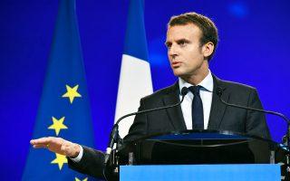 Ακόμη και ο μέχρι πρότινος άγνωστος Εμανουέλ Μακρόν (φωτ.), ο οποίος πρόσφατα παραιτήθηκε από το υπουργείο Οικονομίας, θα σημείωνε καλύτερα ποσοστά από τον πρόεδρο Φρανσουά Ολάντ εάν παρουσιαζόταν στον πρώτο γύρο των προεδρικών εκλογών του 2017. Οι σφυγμομετρήσεις εμφανίζουν τον Γάλλο πρόεδρο να ηττάται από τον πρώτο κιόλας γύρο, αφήνοντας στον δεύτερο γύρο τον υποψήφιο της Κεντροδεξιάς απέναντι στη Μαρίν Λεπέν.