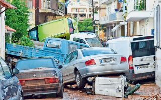 Μέσα σε λίγες ώρες, εικόνες χάους και βιβλικής καταστροφής. Η ξαφνική νεροποντή «κόστισε» τρεις ανθρώπινες ζωές στη Μεσσηνία και μία στη Λακωνία, ενώ μία γυναίκα στη Θεσσαλονίκη αγνοείται, και προκάλεσε ανυπολόγιστες ζημιές σε υποδομές, σπίτια, επιχειρήσεις και καλλιέργειες. Στην Καλαμάτα, οι δρόμοι μετατράπηκαν σε ορμητικά ποτάμια που παρέσυραν αυτοκίνητα και φορτηγά, ξήλωσαν δρόμους και γέφυρα, ξερίζωσαν δέντρα, διέλυσαν δίκτυα.