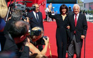 Η πιο συγκινητική στιγμή στη χθεσινή ημέρα του 73ου Φεστιβάλ Κινηματογράφου της Βενετίας ήταν η βράβευση του Ζαν-Πολ Μπελμοντό με τον Χρυσό Λέοντα για το σύνολο της προσφοράς του στην Εβδομη Τέχνη. Χαμογελαστός και λαμπερός, ο 83χρονος Μπελμοντό περπάτησε στο κόκκινο χαλί συνοδεία της Γαλλίδας ηθοποιού Σοφί Μαρσό, ποζάροντας για εκατοντάδες κάμερες και φωτογράφους, ζώντας για μία ακόμη φορά τη δημόσια αναγνώριση. Τα βραβεία του Φεστιβάλ ανακοινώνονται αύριο. Σελ. 13