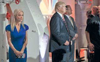 Ο Ντόναλντ Τραμπ και η επικεφαλής της εκστρατείας του, Κελιάν Κόνουεϊ, στα παρασκήνια της εκδήλωσης του NBC.