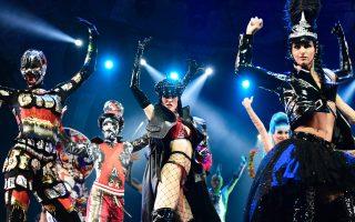 Πάμε! Πρόβες και πάλι πρόβες για τους χορευτές του «The One - Grand Show» που θα ανέβει στο  Friedrichstadt Palast του Βερολίνου. Το σόου θα κάνει πρεμιέρα στις 6 Οκτωβρίου και τα εντυπωσιακά κοστούμια υπογράφει ο Jean Paul Gaultier. AFP / TOBIAS SCHWARZ