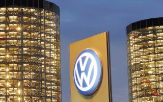 Η αυτοκινητοβιομηχανία Volkswagen προωθεί το σχέδιό της, σε μια στιγμή που οι πωλήσεις ηλεκτροκινούμενων αλλά και υβριδικών αυτοκινήτων στην Κίνα φαίνεται να έχουν τετραπλασιασθεί το 2015 σε σύγκριση με το προηγούμενο έτος.