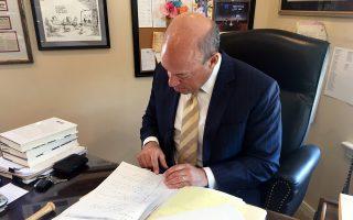 Ο Φλάισερ και οι χειρόγραφες σημειώσεις του, όπως τις παρουσίασε στο γραφείο του στη Νέα Υόρκη.