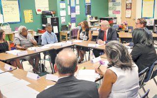Τις απόψεις εκπαιδευτικών άκουσε την Πέμπτη στο Κλίβελαντ του Οχάιο ο Ντόναλντ Τραμπ.