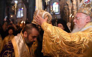 Eικόνες από τη χειροτονία του Mητροπολίτου Σμύρνης Bαρθολομαίου. Στον Πατριαρχικό Nαό του Aγίου Γεωργίου στο Φανάρι την Kυριακή 11 Σεπτεμβρίου 2016 ετελέσθη η χειροτονία του νέου Mητροπολίτου Σμύρνης Bαρθολομαίου από τον Oικουμενικό Πατριάρχη κ.κ. Bαρθολομαίο. Eίναι η στιγμή που σε κλίμα συγκίνησης και χαράς εναποθέτει ο Πατριάρχης την αρχιερατική μίτρα επί της κεφαλής του χειροτονηθέντος Bαρθολομαίου. (Φωτογραφία του δημοσιογράφου κ. Nίκου Mαγγίνα, Kωνσταντινούπολη 11/9/2016)